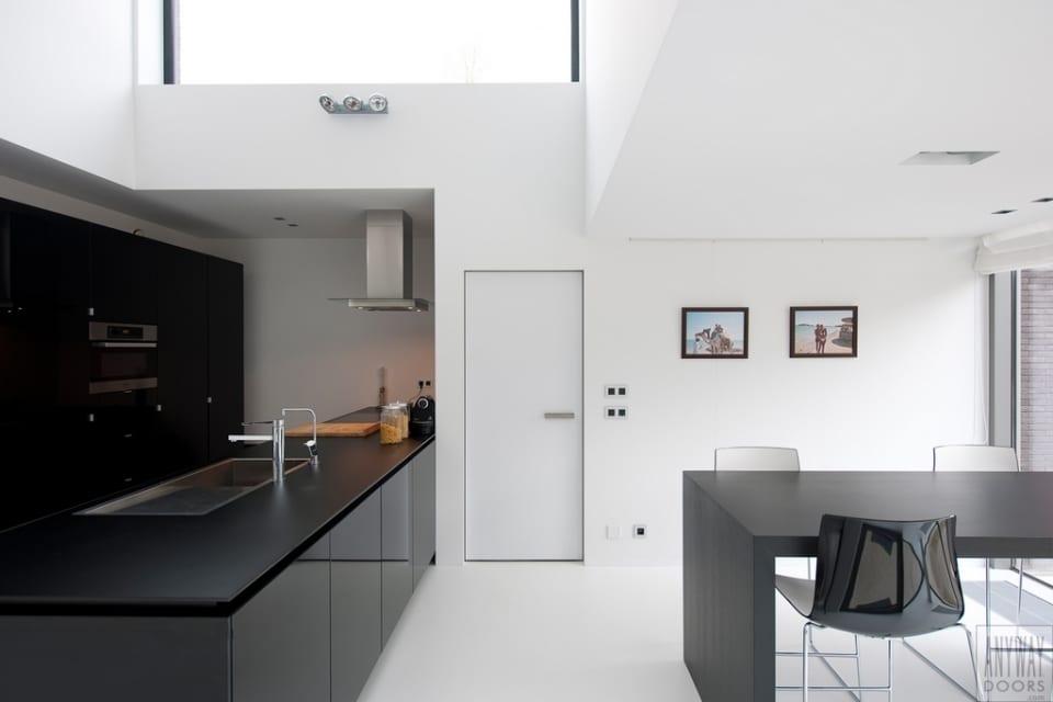 moderne küche schwarz mit holzesstisch schwarz und Designer Esszimmerstühlen