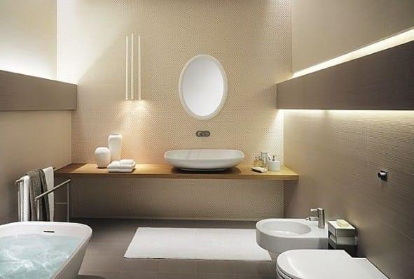 minimalistisches badezimmer interior mit waschtisch holz und moderne wandleuchten