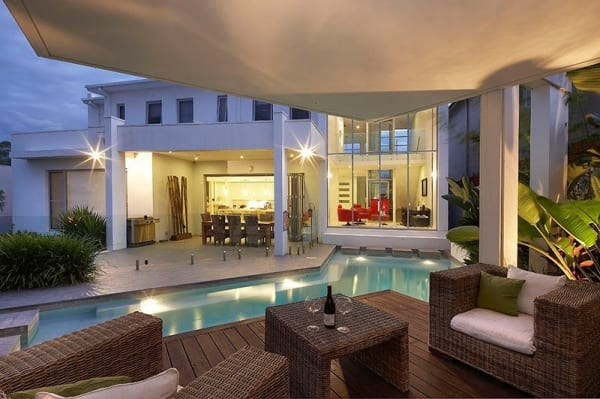 moderne überdachte terrasse mit garten