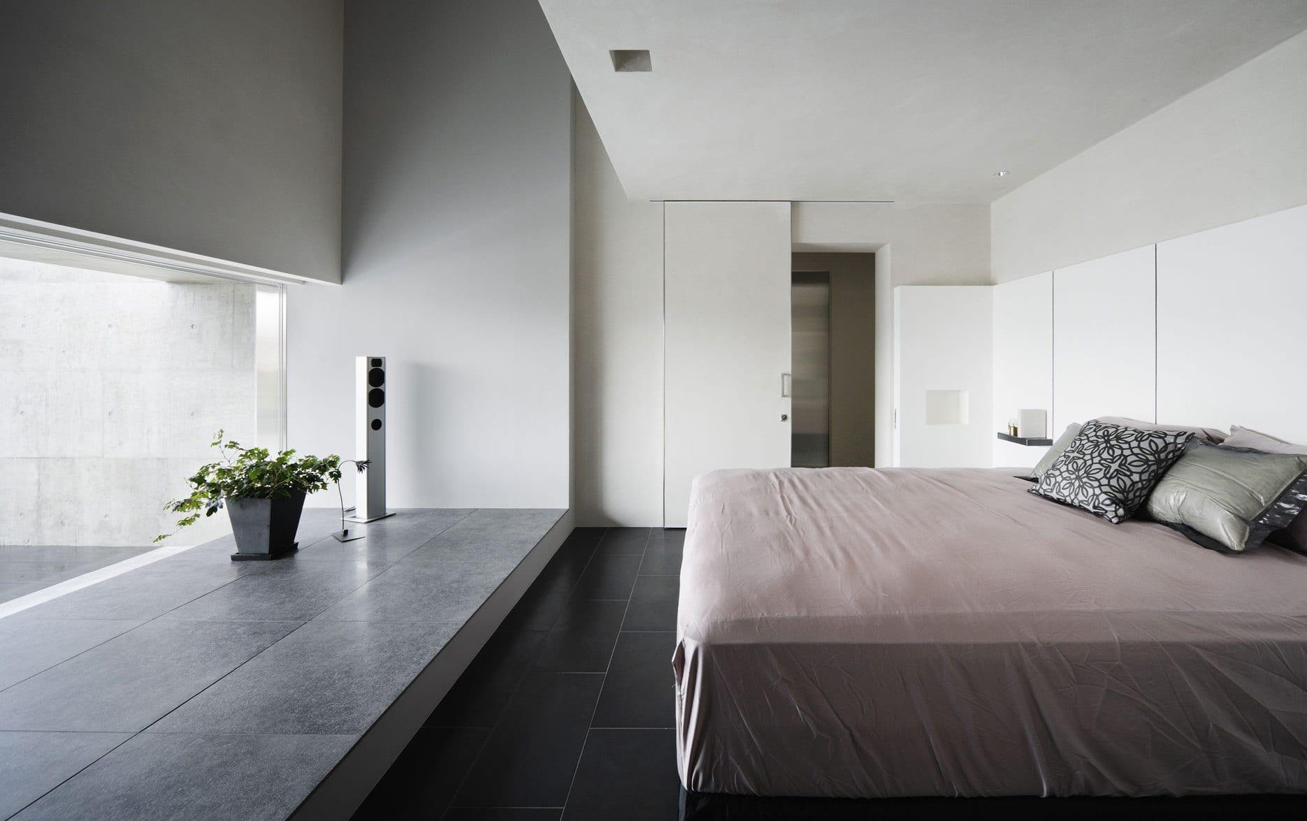 modernes schlafzimmer interior mit niedriger fensterbank aus naturstein
