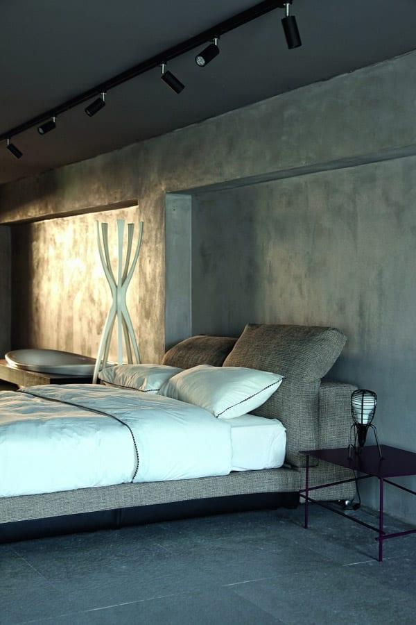 modernes schlafzimmer mit wandfarbe grau und deckenleuchte shwarz-badewanne im schlafzimmer