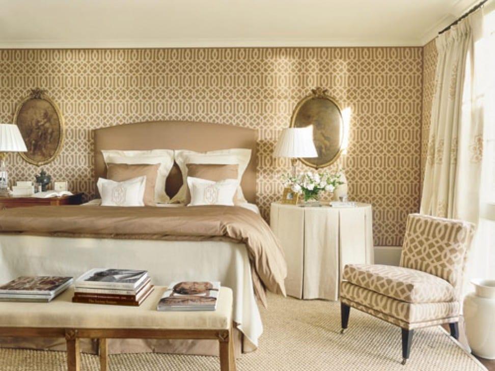 modernes schlafzimmer beige mit wandgestaltung - bilderrahmen dekorieren-bett und bettwäsche in beide