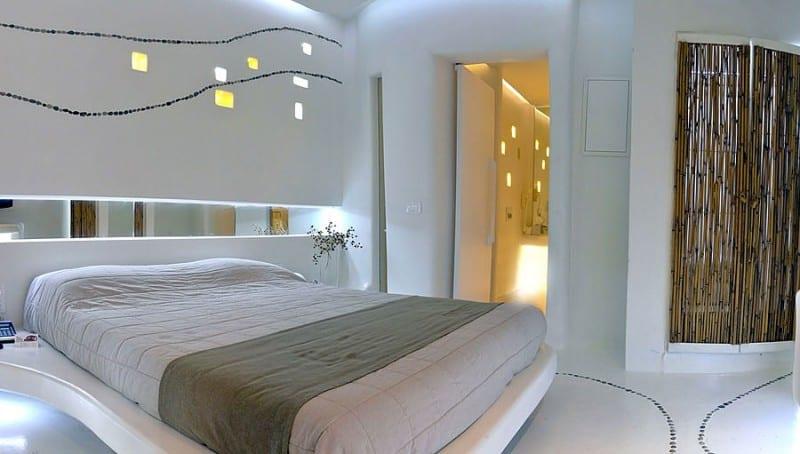innentür weiß im modernen schlafzimmer mit bett weiß und bambus wandgestaltung