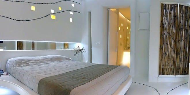 luxus schlafzimmer weiß mit weißer innentür zum badezimmer ...