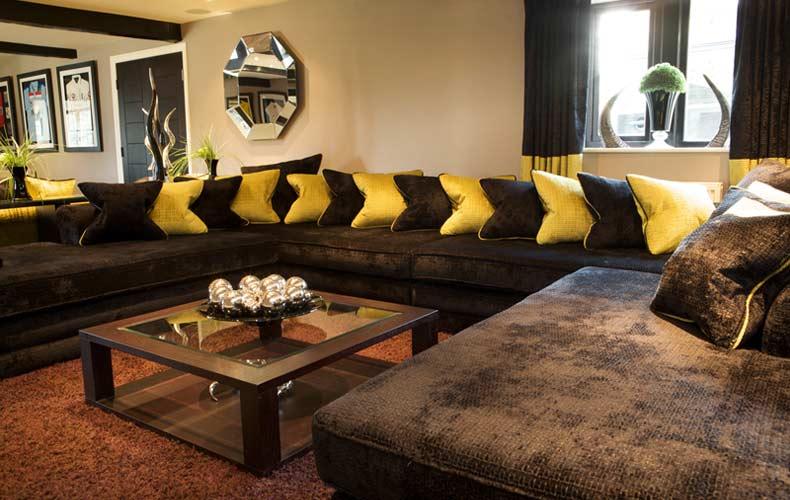 modernes wohnzimmer mit ecksoaf braun und dekokissen gelb