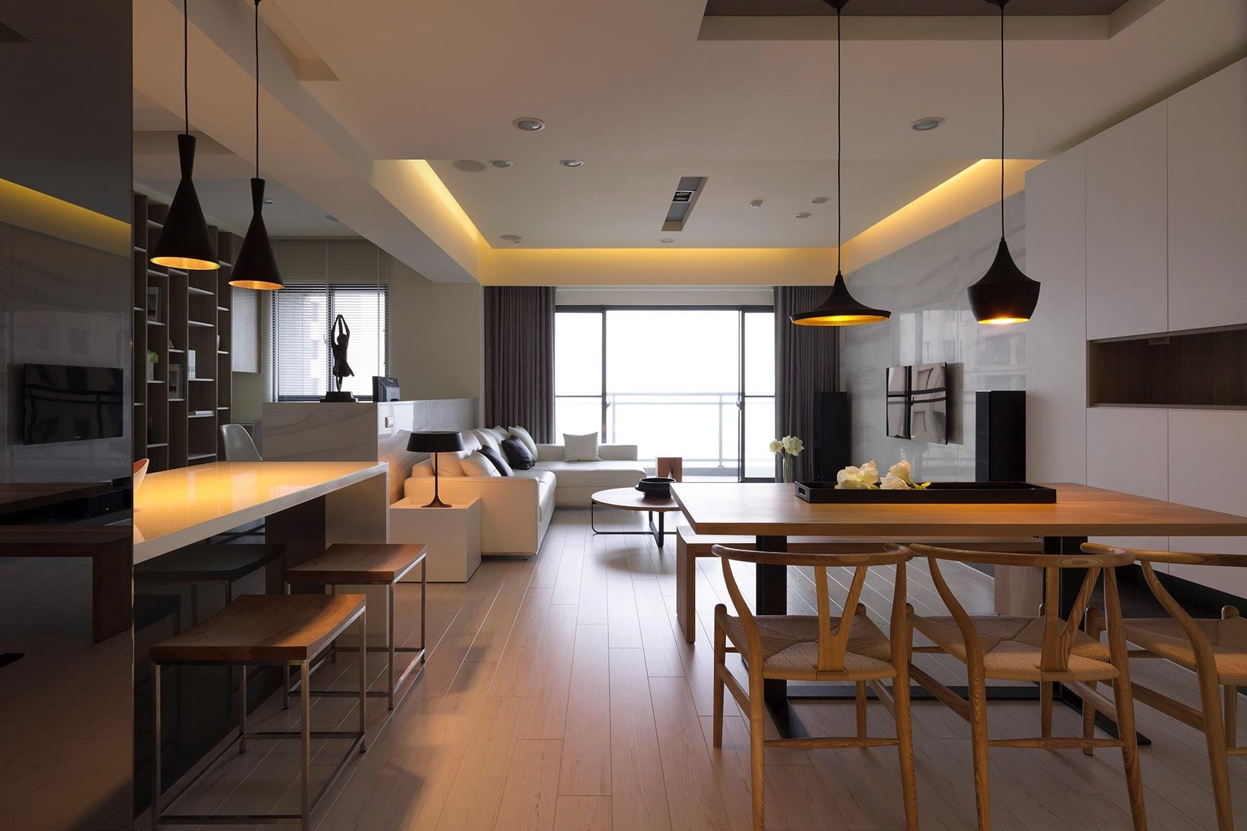 minimalistisches wohn esszimmer mit modernen pendelleuchten schwarz-ecksofa weiß-deckengestaltung mit indirekter beleuchtung