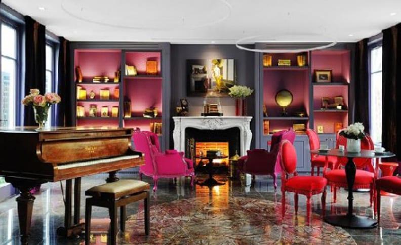 wohnzimmer grau mit weißem kamin und pendelleuchten LED-Ring-bodenbelag marmor grau und stühle aus samt rot
