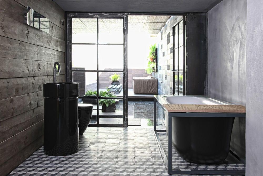 badezimmer farbgestaltung in schwarz und grau mit holzwandverkleidung-badezimmer fliesen-schwarze freistehende badewanne
