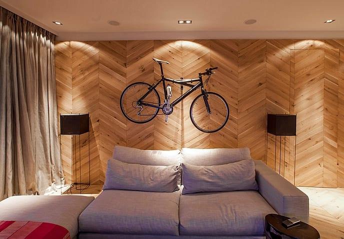 modernes wohnzimmer mit holzwandverkleidung und deckenleuchten-gardinen beige