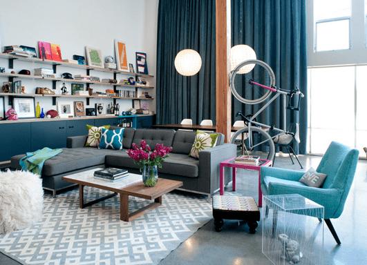 wohnzimmer inspirationen in blau-gardinen blau- ecksofa grau-wandregalsystem