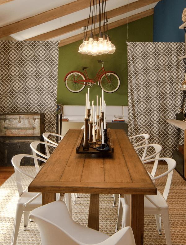 wohn esszimmer- wandfarbe grün-vintage interior design mit Esstisch holz und moderne Esszimmerstühle weiß