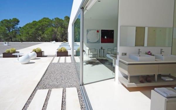 luxus wohn- und schlafzimmer mit schiebefenstertüren zur modernen terrasse