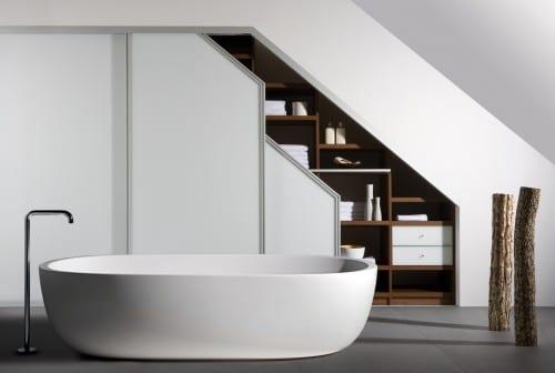luxus badezimmer mit freistehender badewanne undeingebautem unter der treppe holzregalsystem mit schiebetüren