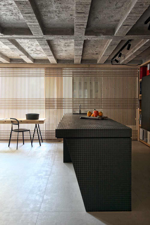 raumgestaltung loft wohnung- küchearbeitstisch schwarz mit mosaik
