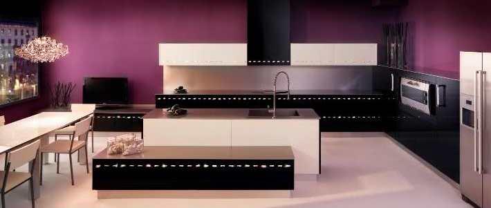 moderne küche einrichten mit küchenschränke schwarz und weiß-kochinsel weiß-lila wandfarbe
