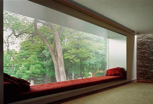 modernes zimmer mit natursteinwand und panoramafesnter