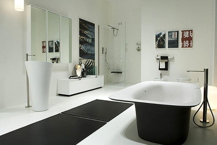 badezimmer weiß mit schwarzem Laufteppich und moderne freistehende schwarze badewanne und weißer freistehender Waschbecken-badezimmer Spiegelschrank weiß