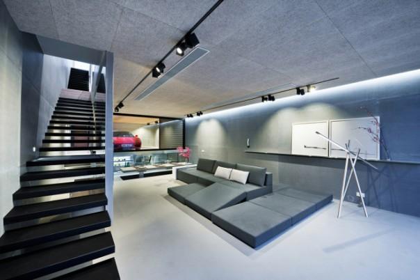 sichtbetondecke mit indirekter Beleuchtung- modernes wohnzimmer gestalten mit schwarzer treppe-seats and sofas