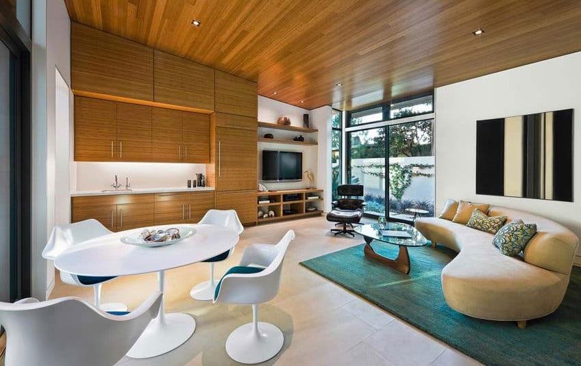 dachschräge holzverkleidung mit küche holz-modernes Sofa beige und rundesstisch weiß mit weißen esszimmerstühlen-teppich grün