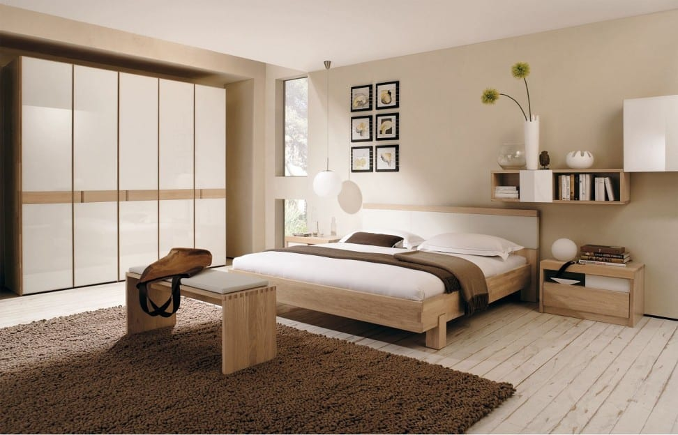 schlafzimmer dekorieren-holzbett mit bettdecke braun dekorieren-schlafzimmerteppich braun