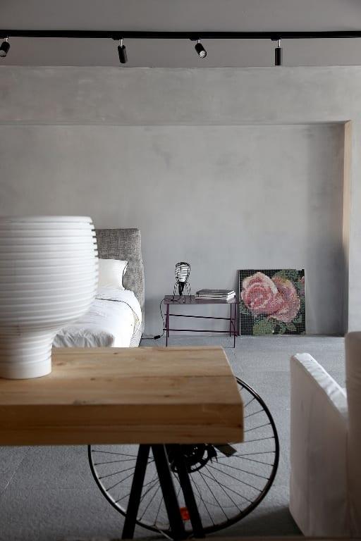 schlafzimmer grau mit betonwänden und bett grau
