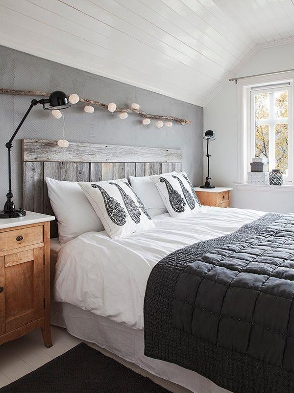 schlafzimmer grau mit wandfarbe grau und deckenverkleidung mit holz in weiß-nachttische holz mit schwarzen tischlampen