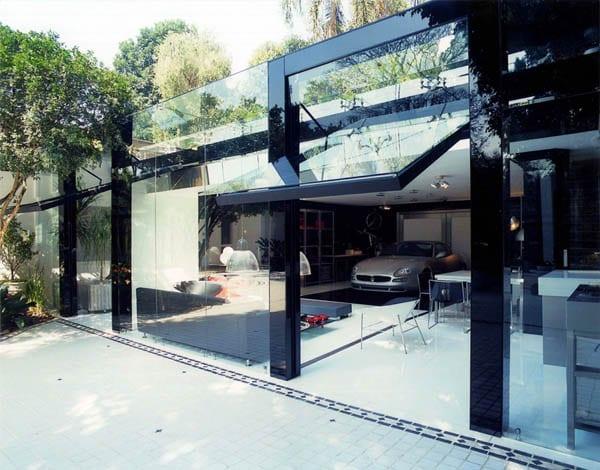 modernes haus mit glasfassade und klappbare Eingangstür aus glas