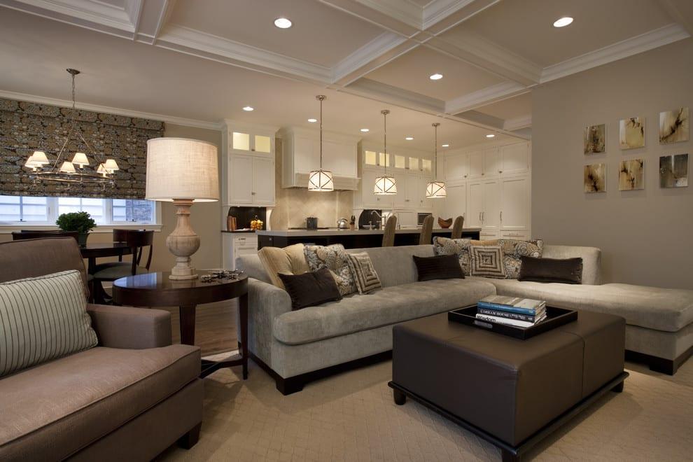 sofa und wandfarbe grau-fensterrollo grau-moderne küche weiß mit kochinsel iund pendelleuchten