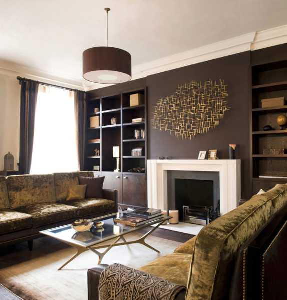 modernes wohnzimmer mit kamin und coole wanddeko-dekenlampe braun-sofa aus samt