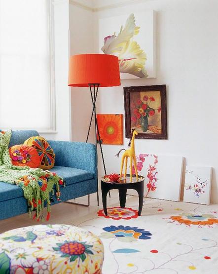 coole wohnzimmergestaltung mit stehlampe rot und sofa blau-moderner teppich weiß mit blimen