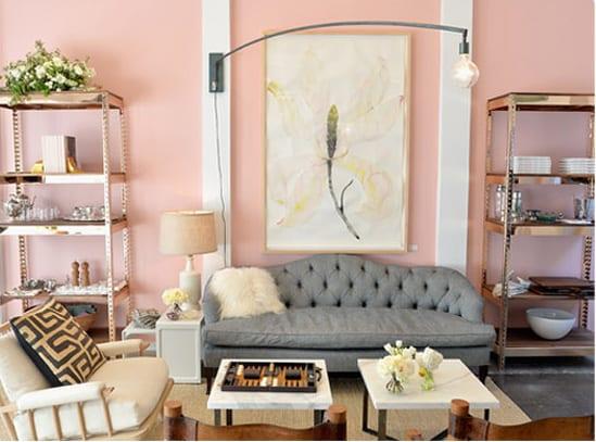 kreative wohnzimmer gestaltung mit metallstenderregalen-ledersofa grau kombiniert mit weißem polstersessel und weißen kaffeetischen
