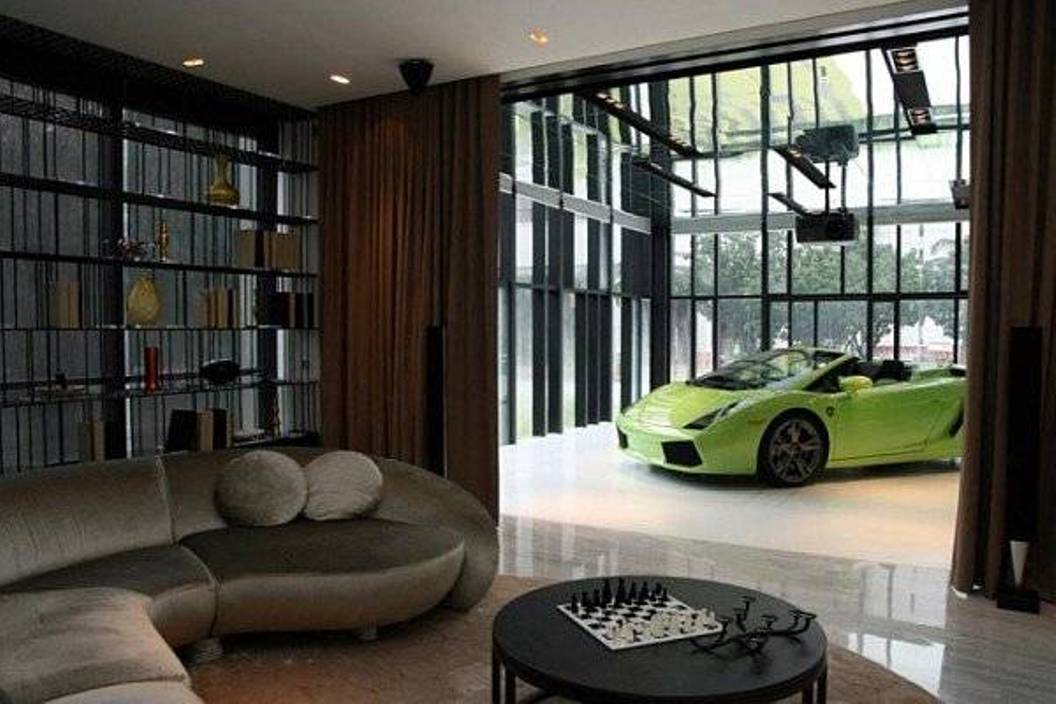 haus mit garage- luxus wohnzimmer mit rundem Sofa in grau und schwarzem Rundtisch-garage aus schwarzer metallkonstruktion