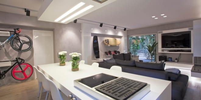 modernes wohnzimmer mit kochinsel wei freshouse. Black Bedroom Furniture Sets. Home Design Ideas
