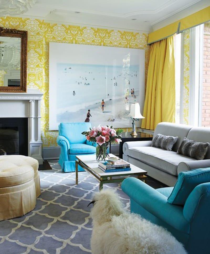 wohnzimmer inspirationen mit sesseln blau und tapete gelb-fensterdeko mit gardinen gelb