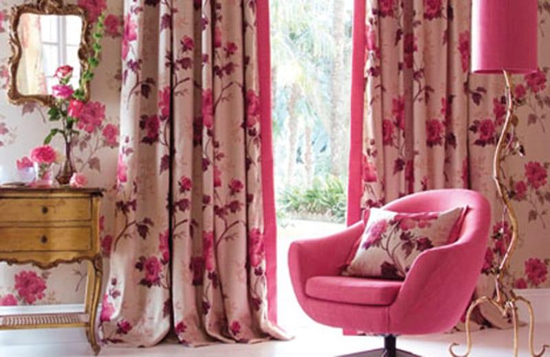 luxus wohnzimmer mit polstersessel pink-sideboard antik-moderne stehlampe mit lampenschirm pink