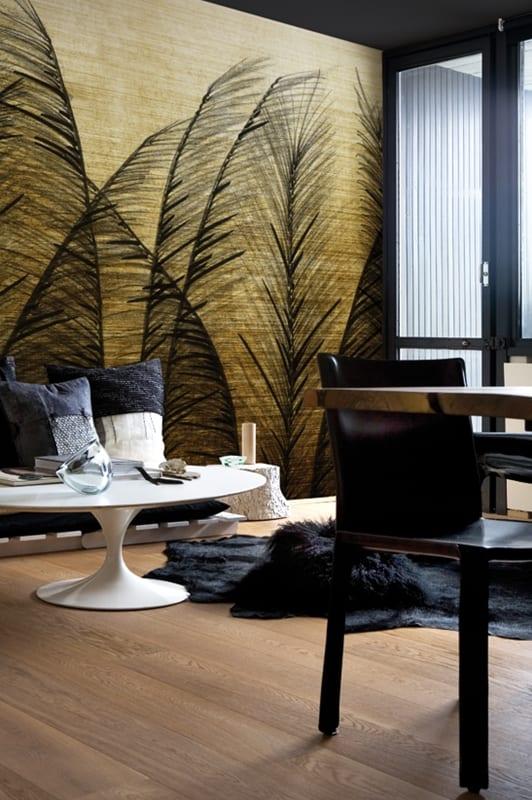 luxus wohnzimmer mit pelzteppich schwarz und rundcouchtisch weiß-wandmuster feder