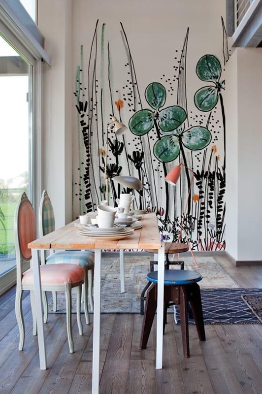 modernes wohnzimmer mit tapete blumen-vintage esstisch holz mit vintage esszimmerstühlen-holzhocker rund