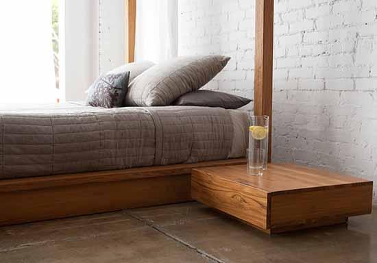 luxus schlafzimmer mit weißer ziegelwand und holzbett mit nachttisch aus holz