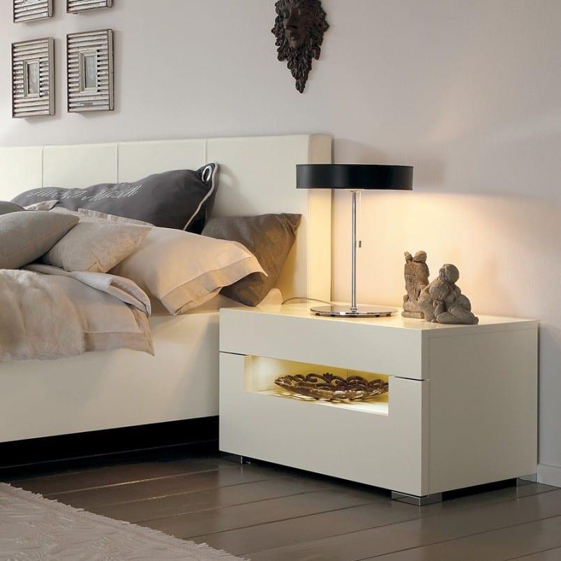 luxus schlafzimmer mit weißem bett und moderne nachttischlampe schwarz-nachttisch modell weiß