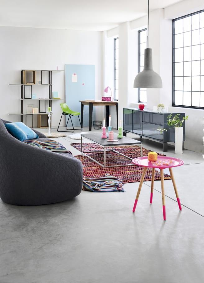 stylisches wohnzimmer mit sofa grau und sideboard grau mit glastüren-pendelleuchte hellgrau-clubtisch marmor grau