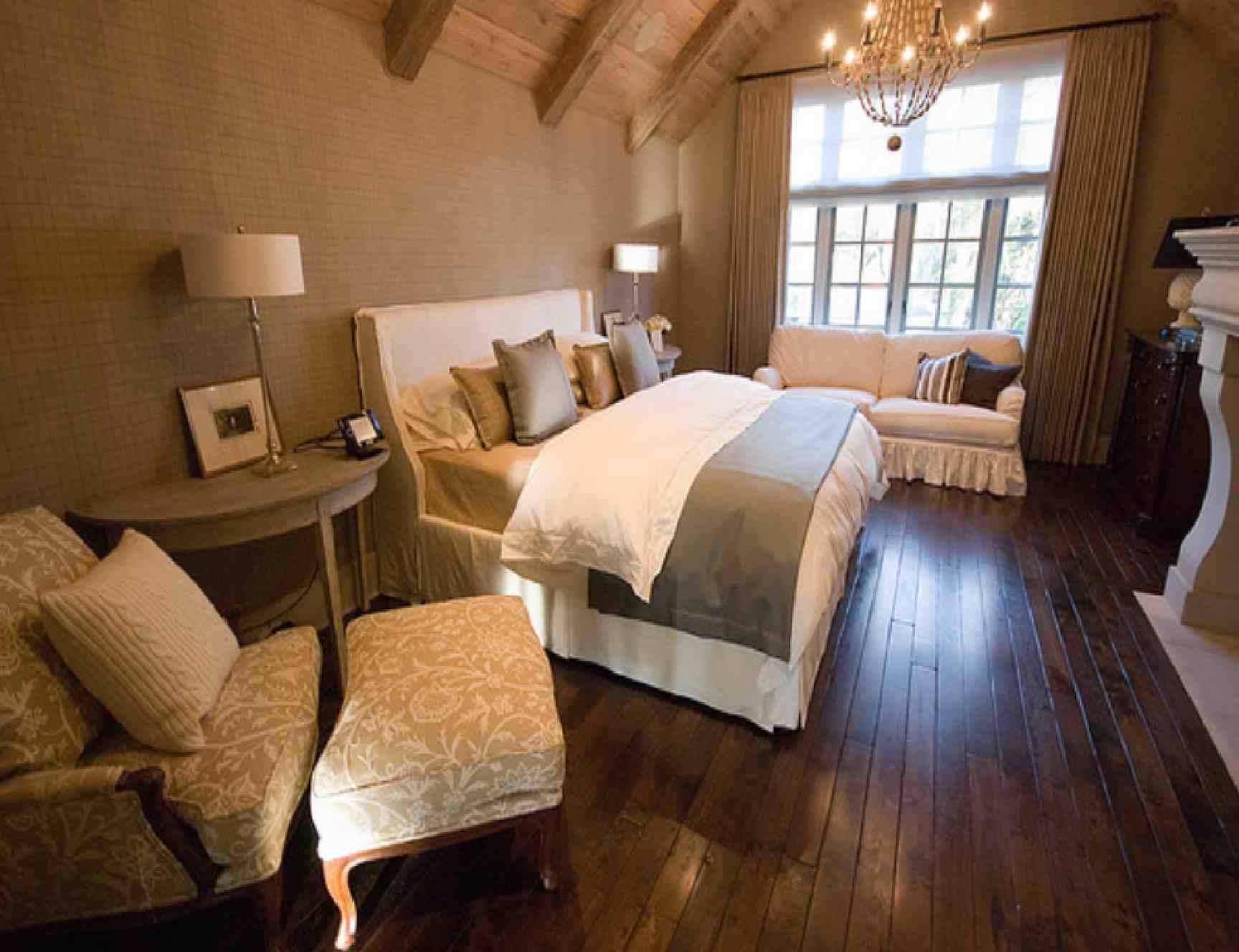 schlafzimmer mit kamin und holzboden-schlafzimmer dachschräge- sideboard schlafzimmer