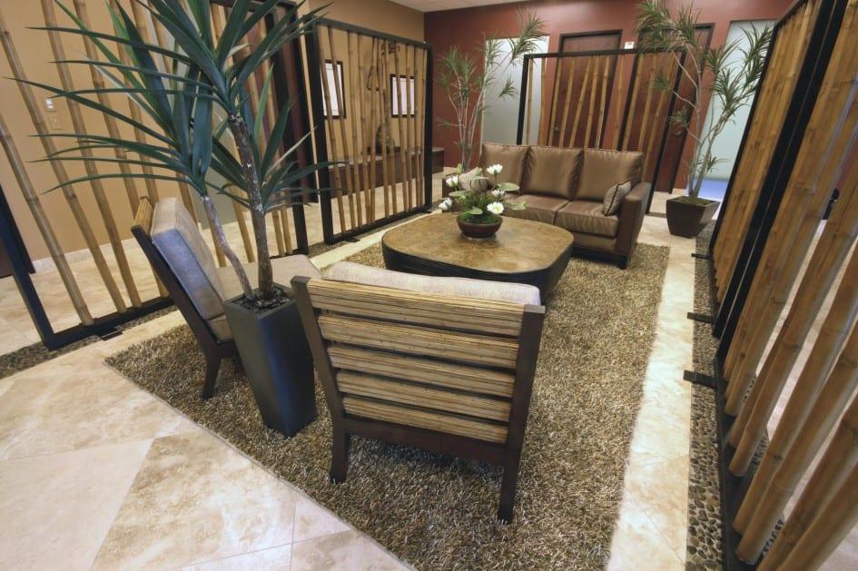 Wohnzimmer mit Natursteinfliesen und Hochteppich-Ledersofa braun-Farbgestaltung Wohnzimmer