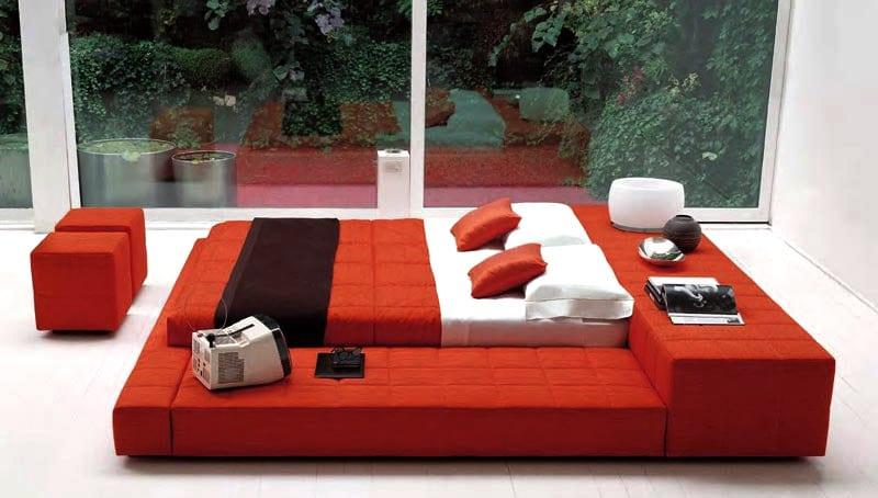 luxus schlafzimmer mit rotem bett und roter bettwäsche
