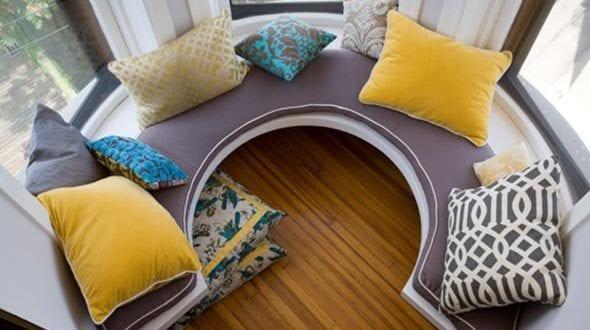 Seats and Sofas auf der Fensterbank