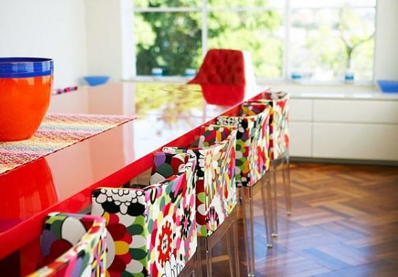 Wohnzimmer mit Parkett und weißen Kommoden-Esstisch rot mit weißen Esszimmerstühlen mit farbigen Blumenmotiv