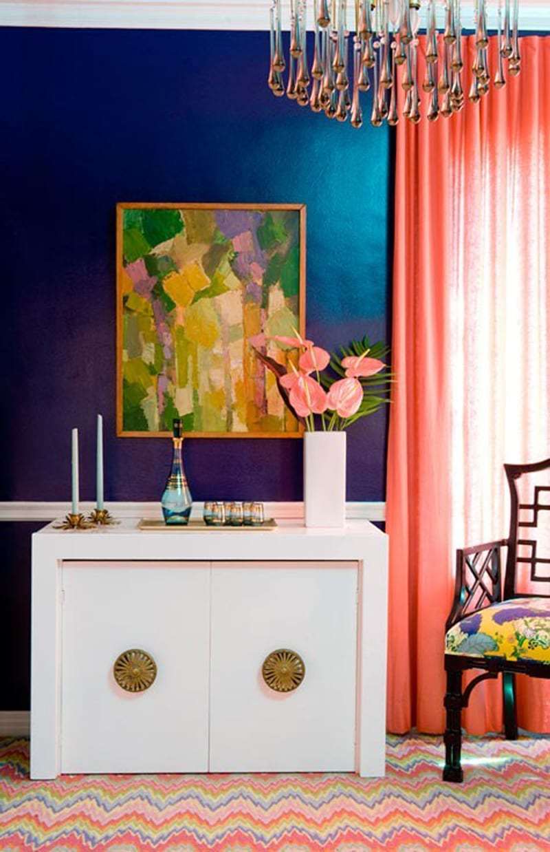 blaue wand mit rosafarbigen Gardinen- weiße Kommode- Teppich Design in rosa blau und gelb