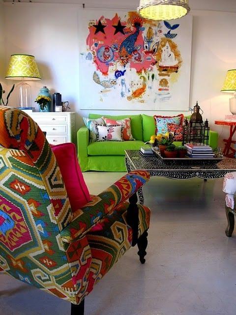 wohnzimmer gestalten mit grünem sofa und sessel mit farbigem Damast-weiße Kommode-moderner Kaffeetisch in schwarz und weiß