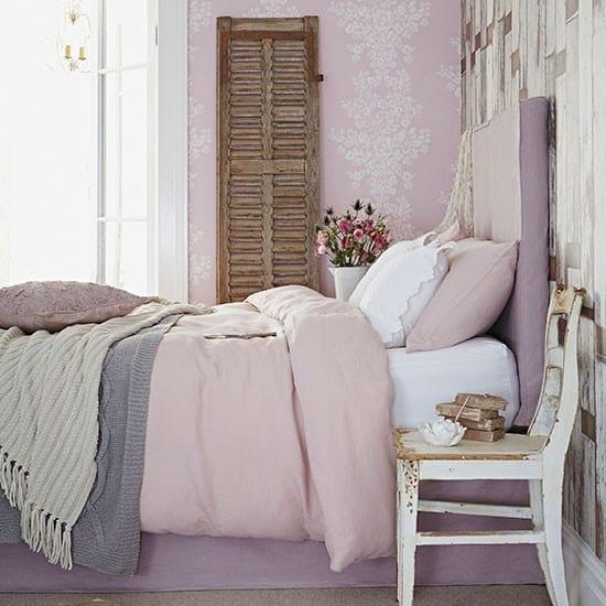 modernes schlafzimmer mit bett lila und bettwäsche rosa-wandgestaltung schlafzimmer mit altholzmotiv