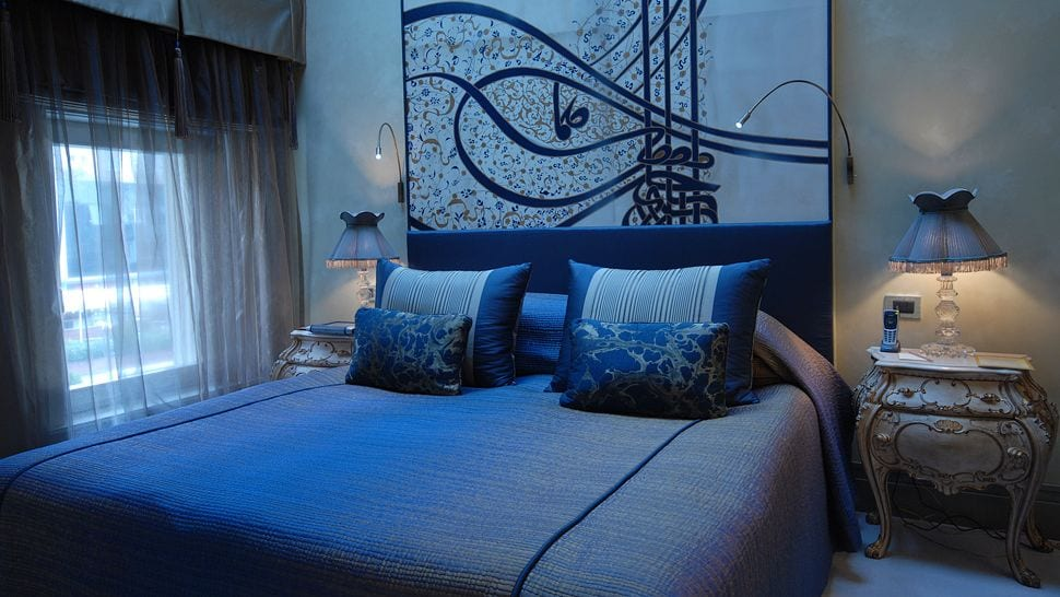 schlafzimmer wandgestaltung in blau-blaues bett mit blauen kissen