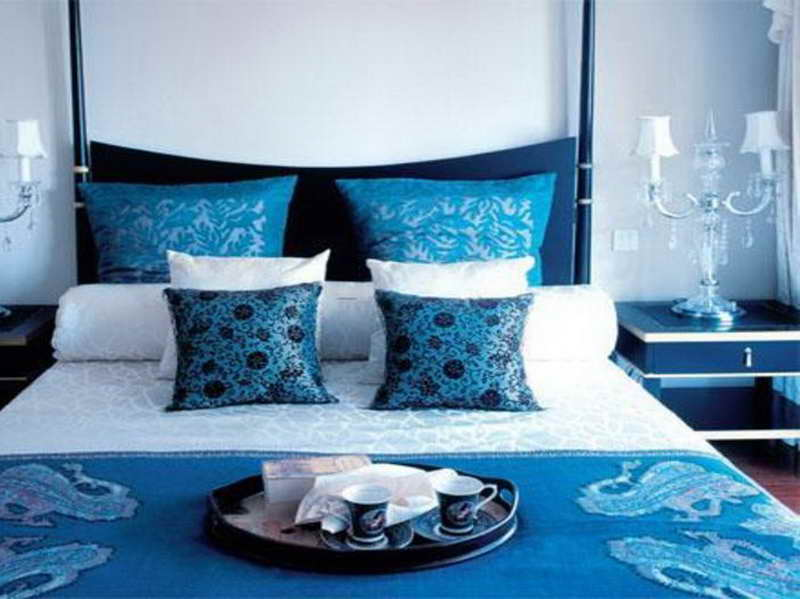 bett mit kopfbrett dunkelblau-blaue bettdecke und blaue kissen-blaue nachttische mit weißen kanten
